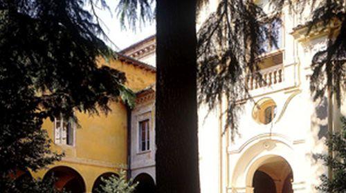 Il chiostro d'ingresso della Biblioteca Classense con la facciata barocca