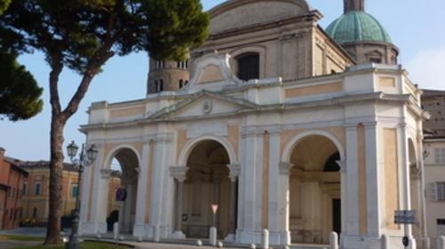 La facciata della cattedrale metropolitana della Risurrezione di Nostro Signore Gesù Cristo