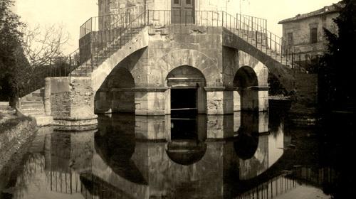 Il Mausoleo di Teoderico invaso dalle acque in una foto del 1905 (copyright Biblioteca Classense)