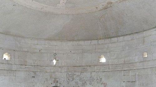 Vasca di porfido rosso al piano superiore del Mausoleo di Teoderico