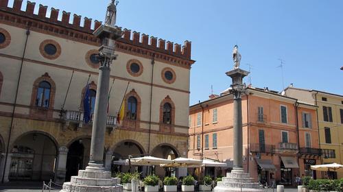Le due colonne erette a Piazza del Popolo in epoca veneziana