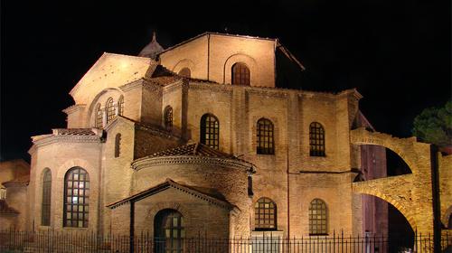 Immagine notturna di San Vitale
