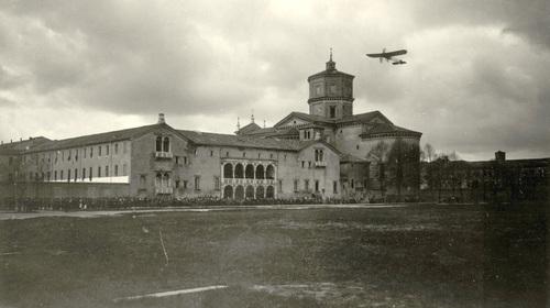 Pietro Bezzi, L'aviatore Giovanni Widmer (1892-1971)  vola sopra la basilica di Santa Maria in Porto, 1920 (copyright Biblioteca Classense)